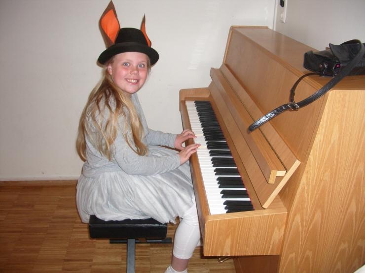 Eva spiller piano