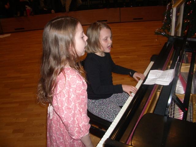 Helena og Ingrid synger let it be